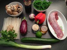 Reisnudeln mit Schweinsfilet, Sesam und frischen Gemüsen  von: Freunde am Kochen Pickles, Risotto, Cucumber, Pizza, Food, Japanese Recipes, Rice Noodles, Fresh, Friends