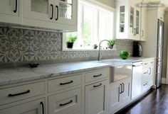 White grey kitchen decoration using grey patterned Moroccan tiles kitchen backsplash including white marble kitchen counter top and white wood glass door kitchen cabinet. Stunning images of Moroccan tiles kitchen backsplash Spanish Tile Kitchen, Moroccan Tiles Kitchen, Moroccan Tile Backsplash, Cement Tile Backsplash, Gray Kitchen Backsplash, Marble Kitchen Counters, White Marble Kitchen, Gray And White Kitchen, Kitchen Tiles Design