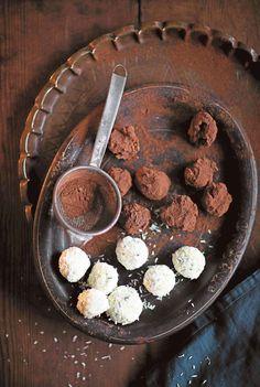 """Suvi Rüster: """"Joulupöydässäni jälkiruuan virkaa toimittavat erilaiset itse tehdyt tryffelit. Suklaatryffeleissä maistuvan tujakan chilin ja kanelin yhdistelmä ei jätä ainakaan aikuisia kylmäksi. Limoncello-valkosuklaatryffelit maustoin tänä vuonna tuoreella basilikalla."""""""