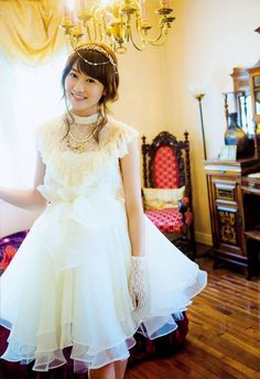 白いドレスの守屋茜