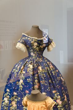 c1850 Silk Brocade Dress, Philadelphia Museum ofArt. I like these sleeves with the lace bottom