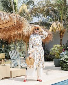 OOTD hijab untuk ke pantai – N&D – Hijab Fashion 2020 Hijab Casual, Ootd Hijab, Hijab Chic, Hijab Fashion Summer, Abaya Fashion, Skirt Fashion, Modern Hijab Fashion, 80s Fashion, Fashion 2020