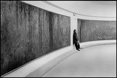 Elliott Erwitt: Paris. 1998. Musee de l'Orangerie.