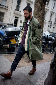 ロンドンで開催中の2016-17年秋冬 ロンドン・メンズ・ファッションウイーク会場から、最新のストリートスナップをお届け。