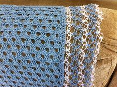 Manta feita em linha Brisa, para o verão. Pode ser confeccionada em lã. Tem acabamento em ponto segredo em duas cores para dar uma leveza maior ao trabalho.