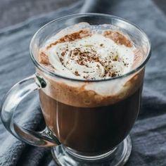Keto Milkshake Smoothie With Raspberries (Low Carb) Low Sugar Smoothies, Keto Smoothie Recipes, Keto Recipes, Keto Desserts, Strawberry Smoothie, Low Carb Chocolate, Hot Chocolate, Low Carb Vodka Drinks, Healthy Drinks
