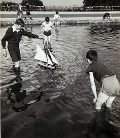 Hampstead Heath, White Stone Pond, (Bill Brandt) long before computer games. Sabine Weiss, Willy Ronis, Man Ray, Bill Brandt Photography, Prague, Hampstead Heath, London History, Foto Art, Old London