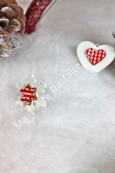 Déco de Table Noel faite de petits sujets en bois Rouge et Blanc à parsemer sur votre table de réveillon de Noel. Dispo dans la Box Déco de Table Noel Rouge et Blanc, en Laponie (édition limitée - 2015).