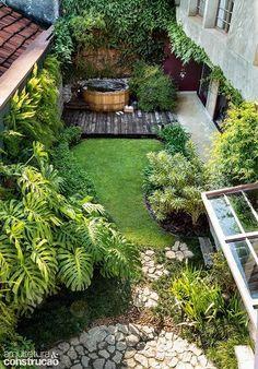 Casa-pátio com alma artesanal, tijolinhos e um jardim apaixonante