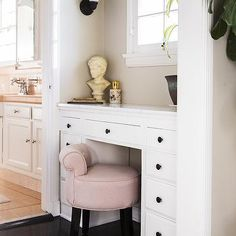 Bathroom Decor Ideas : A pink vanity stool in a powder room. Built In Dressing Table, Dressing Chair, Dressing Tables, Dressing Room, Built In Vanity, Vanity Seat, Vanity Chairs, Small Vanity, Bathroom Vanity Stool