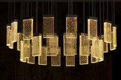 Modernes Kronleuchter Design aus recheckigen Glasstücken