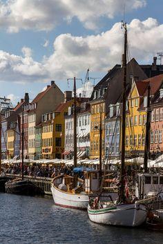 Idyllisen Nyhavn-kanavan varsi houkuttelee istahtamaan jollekin lukuisien ravintoloiden ja kahviloiden terasseista. Osa terasseista pidetään lämpiminä talvellakin.