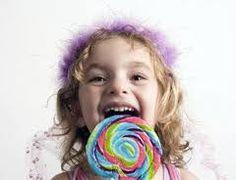 Es muy difícil eliminar los dulces totalmente de la dieta diaria de un niño. Y este hábito genera caries. Es importante controlar cuán a menudo comen dulces y lavarle los dientes después. Debe tratarse de sustituir los dulces por alimentos más sanos, como son las frutas, verduras, nueces, etc. #CuidoMisDientes