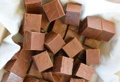 The best milk chocolate fudge (Only 3 ingredients! Brownies Caramel, Nutella, Healthy Holiday Recipes, Kinds Of Desserts, Vegetable Drinks, Arabic Food, Chocolate Fudge, Toffee, Sweet Recipes