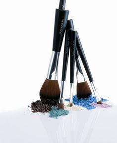 Brocha suelta para los polvos traslúcidos. Brocha firme para los maquillajes en crema.