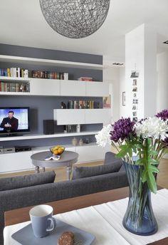 peinture salon gris et blanc étagères de rangement et canapé rembourré