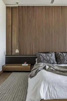 An Accent Wall Of Vertical Wood Helps To Accentuate The Feeling Of Height In This Bedroom – World Etes Feature Wall Bedroom, Accent Wall Bedroom, Wood Bedroom, Bedroom Decor, Bedroom Colors, Modern Master Bedroom, Modern Bedroom Design, Next Bedroom, Wooden Wall Design