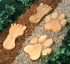 Giant Footprint Stepping Stones Pattern  Wow, bigfoot (and his giant canine friend) do exist! #diy #woodcraftpatterns