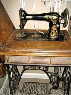 Singer Red Eye Treadle Sewing Machine......así es la de abuela Adriana.