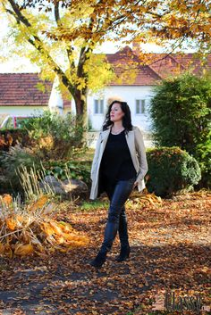 Outfit: beiger Trenchcoat mit Lederhose - Miss Classy