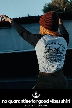 Good Vibes lassen sich nicht in Quarantäne stecken, es gibt genug andere Dinge für die wir dankbar sind. Das brandneue Longsleeve wurde aus 100 % hochwertiger Bio-Baumwolle unter fairen Bedingungen produziert. 1€ spenden wir an THE STRONCTON FOUNDATION. Ein Shirt zum Wohlfühlen, es ist super bequem sitzt und passt gut. Mehr nachhaltige Streetwear und Stuff findest du bei Stroncton im Online Shop. #longsleeve #t-shirt #stroncton #stronctonfamily #heartoverbucks #klamotten #fair #sustainable Longsleeve, Baseball Shirts, Good Vibes, My Outfit, Streetwear, Sweatshirt, Inspiration, Clothes, Collection