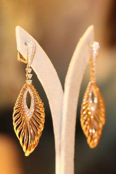 Milujete elegantnú diamantovú extravaganciu? V tom prípade určite nie je náhoda, že vám zhypnotizoval pohľad tento prepracovaný diamantový skvost. Náušnice s romantickým názvom Truelove sme dômyselne osadili 150 diamantmi dokonalého briliantového výbrusu. Ich rafinovaný tvar, rovnako ako 18-karátového ružové zlato, perfektne lichotí ženskej pokožke. Žiadne iné doplnky nepotrebujete. Truelove sa na vás tešia v luxusných priestoroch privátneho klenotníctva na Dunajskej ulici v Bratislave. Diamond Earrings, Drop Earrings, Pure Products, Jewelry, Jewlery, Jewerly, Schmuck, Drop Earring, Jewels