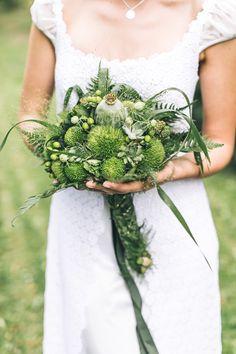 All green: green bridal bouquet | Dein Hochzeitsblog | green Wedding Inspiration | www.deinhochzeitsblog.com