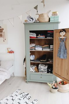 Wunderschönes Kinderzimmer mit besonderen Details & einem mintfarbigen Vintage Holzschrank