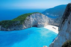 One of the most beautiful islands of the Ionian Sea archipelago, the Greek island of Zakynthos should definitely be the next item on your travel agenda. We give you 4 reasons why. Beautiful Ocean, Most Beautiful Beaches, Beautiful Islands, Greece Wallpaper, Beach Wallpaper, Photo Wallpaper, Greece Vacation Spots, Santorini Greece Beaches, Best Hotels In Greece