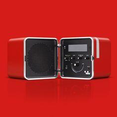 Tutta la tecnologia che vuoi nel design senza tempo di <strong>Richard Sapper e Marco Zanuso</strong>, in questa rivisitazione del mitico modello degli anni '60 <strong>TS502</strong>, una delle prime radio portatili, vincitrice di premi internazionali per il design ed esposta nei più grandi musei d'arte contemporanea nel mondo.  Design, colori e un'alta qualità audio per un prodotto che ha rivoluzionato il modo di ascoltare la musica. Riproduci le tue playlist preferite collegando senza…