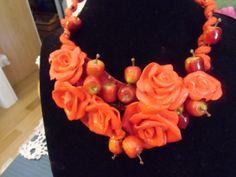 collana con rose di resina