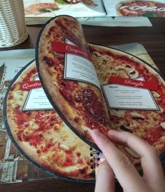 This menu in an Italian restaurant, is shaped like a circle showing you what the type of pizza would look like media marketing design ideas Pizzeria Design, Pizza Menu Design, Restaurant Menu Design, Pizza Restaurant, Cool Restaurant, Italian Restaurant Decor, Menue Design, Food Menu Design, Pizza Logo