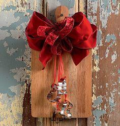 Um improviso esperto: tábua de cozinha e cortadores de biscoito viram guirlanda divertida #christmas #natal #navidad | Christmas decor (Foto: Iara Venanzi/Editora Globo)