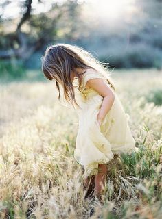 Love outdoor field photos with little girls in dresses.so pretty Little Country Girls, Little Girls, Meninas Do Interior, Children Photography, Family Photography, Kind Und Kegel, Photo Portrait, Portraits, Foto Art