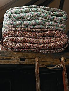 Warm and cozy quilts Old Quilts, Vintage Quilts, Textiles, Shabby Chic Vintage, Flower Quilts, Deco Design, Cabins In The Woods, Country Life, Country Living