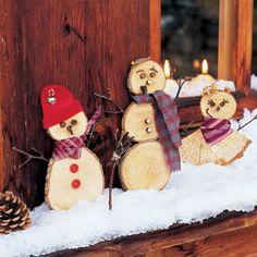 Bonshommes de neige découpés dans des rondins de bois avec brindilles et bouts de tissus pour noël