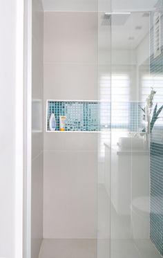 Nichos embutidos no box do banheiro são uma ótima opção para shampoos…