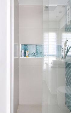 Nichos embutidos no box do banheiro são uma ótima opção para shampoos, sabonetes, etc.