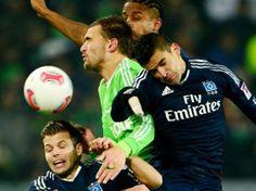 Wolfsburgs Bas Dost nimmt es gleich mit drei Hamburgern auf. (Foto: Peter Steffen/dpa)