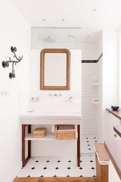 Une petite salle de bain blanche avec du carrelage métro