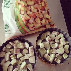 Macadamia Crumbles: 50g Gemahlene Macadamias mit 25g Xylit so lange mixen, bis ein Teig entsteht