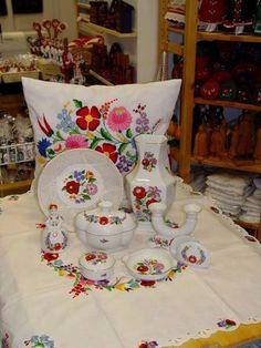 Porcelain adorned of Kalocsa region - kalocsai porcelán Hungarian Embroidery, Diy Embroidery, Capital Of Hungary, Budapest Hungary, My Heritage, Porcelain Ceramics, Home Textile, Folk Art, Glass Art