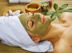L'argile verte est recommandée pour les peaux grasses, elle va purifier la peau et agir contre les comédons. La camomille, quant à elle, va rééquilibrer la peau. Ce soin naturel est très efficace et il est simple à réaliser !