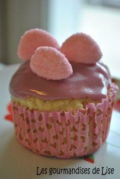 Voici des cupcakes à la confiture de fraise. Ils sont tout moelleux, fourrés à la confiture de fraises et dotés d'un glaçage au parfum de fraise, surplombé de petites fraises Tagada pink (pour la petite touche girly) ! Moelleux, sucrés et tous roses :...