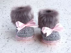 Faux fur baby girl Booties - Gray and pink - Newborn winter Boots - Crochet Toddler slippers - Baby Uggs - Baby girl gift - Baby girl shoes by HandmadebyInese on Etsy (diy baby girl) Crochet Toddler, Baby Girl Crochet, Crochet Baby Booties, Crochet Slippers, Crochet Shoes, Knitted Baby, Baby Girl Newborn, Baby Boys, Girl Gifts