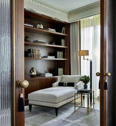 Интерьер квартиры по проекту Лейлы. Встроенная мебель, кушетка с латунными деталями и состаренное зеркало сделаны по ее эскизам.