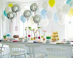 """1) Der Geburtstag <b>Das brauchen Sie für die """"Happy""""-Ballons:</b> gasgefüllte Ballons (<a href=""""http://www.happyballoon.de/"""" target=""""_blank"""">www.happyballoon.de</a>), Schriftschablone (<a href=""""http://www.idee-shop.de"""" target=""""_blank"""">www.idee-shop.de</a>), Acrylfarbe, Pinsel, ein Schleifenband, Masking Tape (<a href=""""http://www.milchmaedchen-shop.de"""" target=""""_blank"""">www.milchmaedchen-shop.de</a>). </b><br /><br /> <b>So geht's:</b> Buchstaben für """"Happy"""" mit Schriftschablone, Pinsel und…"""