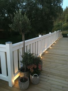 Staket Vitt Belysning Trädäck Back Gardens, Outdoor Gardens, Balcony Railing Design, Fence Design, Outdoor Lighting, Outdoor Decor, Garden Equipment, House With Porch, Garden Fencing