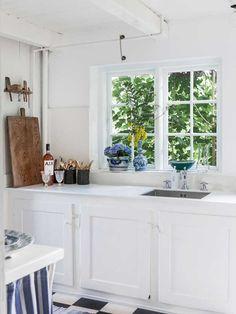 Billedresultat for lille sommerhuskøkken Swedish Cottage, French Apartment, Living Room Kitchen, Home Kitchens, Hygge, Kitchen Design, Kitchen Ideas, Interior Design, Decoration