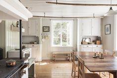 Kök med vedspis Swedish Farmhouse, Swedish Cottage, Minimalist Home Decor, Cool Rooms, Vintage Kitchen, Old Houses, Home Kitchens, Kitchen Remodel, Decoration